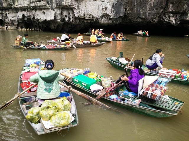 Tam Coc and its unique floating market.The opportunity for visitors to enjoy a pleasant moment by providing a few things for a little hunger, or simply to get to know the rowers.